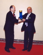 "Dr Cheng Kar-Shun, Henry is presented ""The Award of Yan-Huang"", recognizing his contribution to China's Talent Training"
